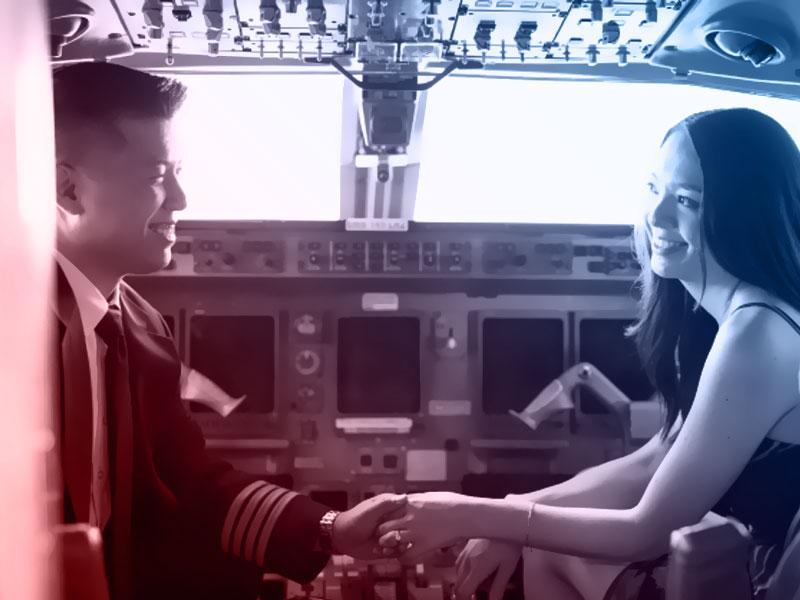 piloto de avião segurando mão de namorada