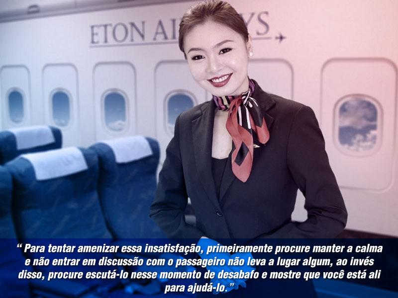 comissaria de voo em pose calma