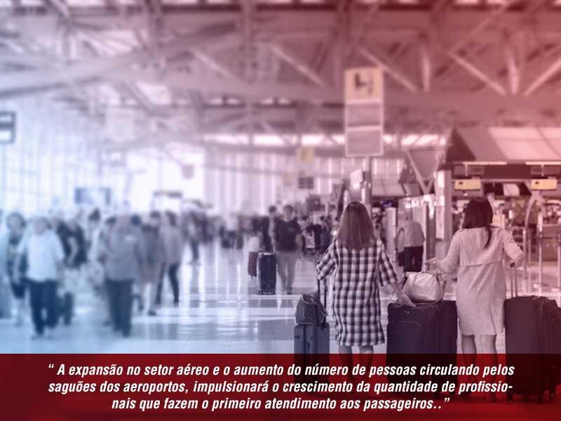 pessoas circulando pelos saguoes dos aeroportos